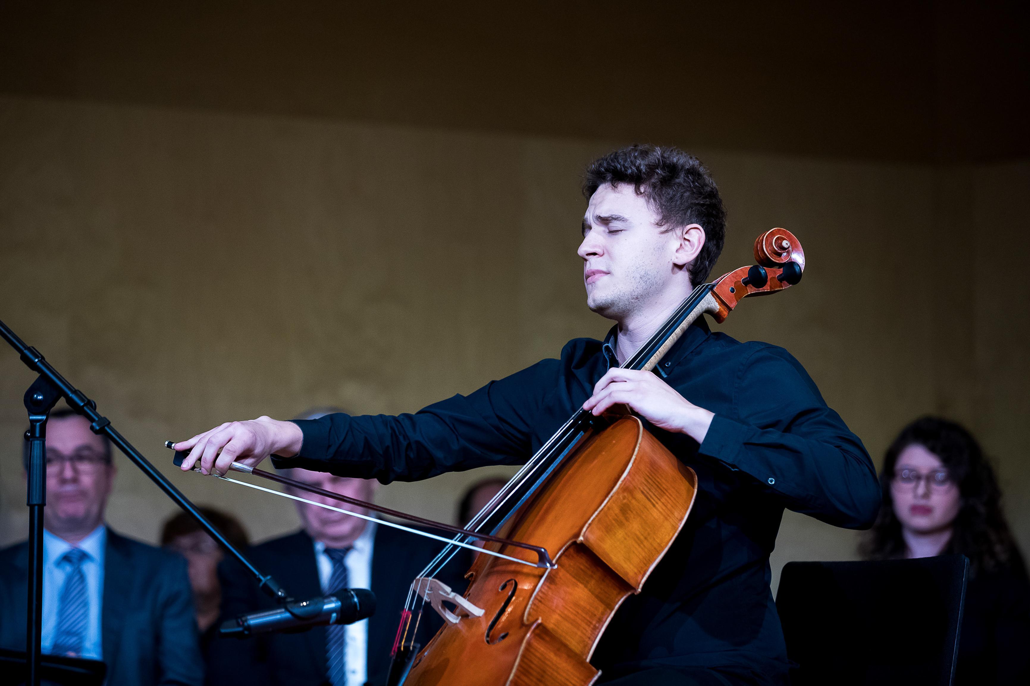 Barnabas Baranyai performed Gaspar Cassado's Requiebros. Image credit: CEU / Zoltan Adrian, Kepszerkesztoseg